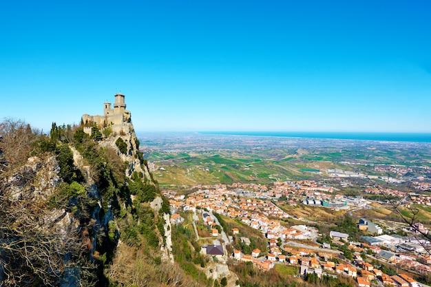 티타노 산 기슭에 있는 산 마리노와 보르고 마조레의 첫 번째 탑, 산 마리노