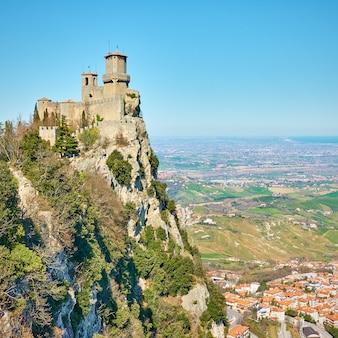 Первая башня сан-марино на горе титано, республика сан-марино