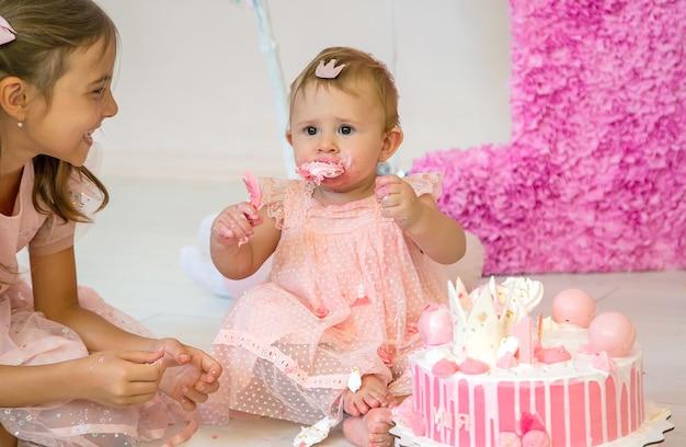 Первый год малыша - торт. выборочный фокус. ребенок.