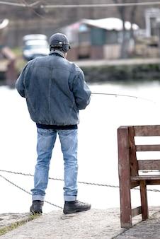 Рыбак на озере, зима
