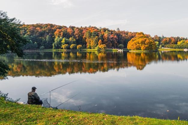 湖釣りの街の漁師。モスクワの秋。