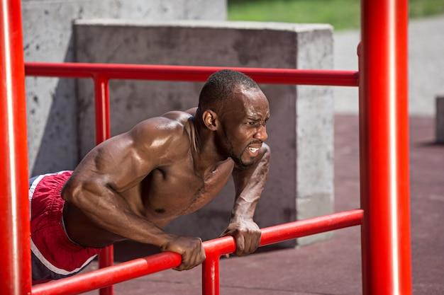 경기장에서 운동을하는 운동 선수.