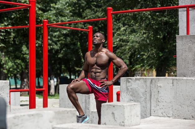 경기장에서 운동을하는 운동 선수