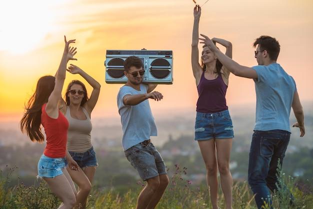 일몰 배경 언덕에서 춤추는 다섯 사람