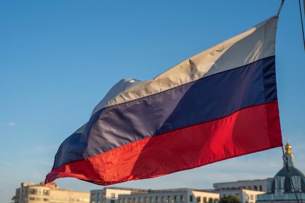 Флаг российской федерации развевается на ветру