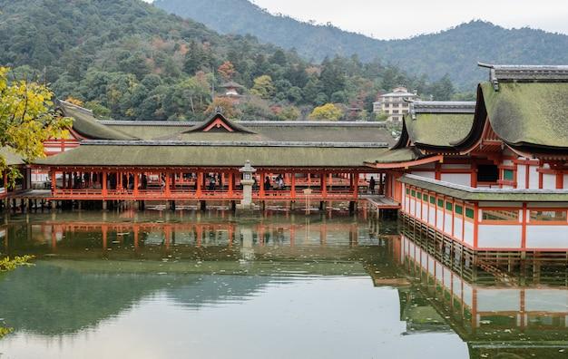 Плавающая святыня на море, святыня ицукусима в миядзима, япония