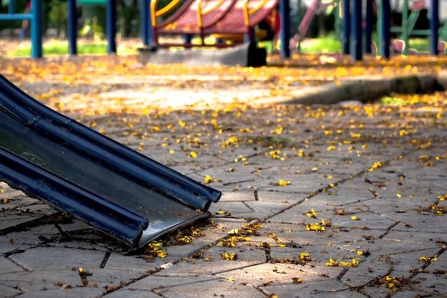花は遊び場の地面に落ちました。
