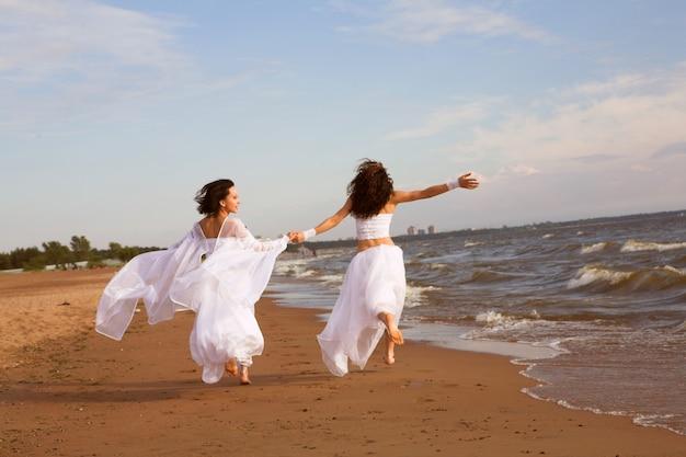 Летающие две молодые женщины