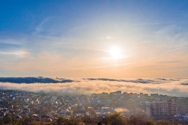 Низкий туман над городом. закат с туманом над городом, красивый пейзаж. россия, краснодарский край, окрестности курортного города анапа