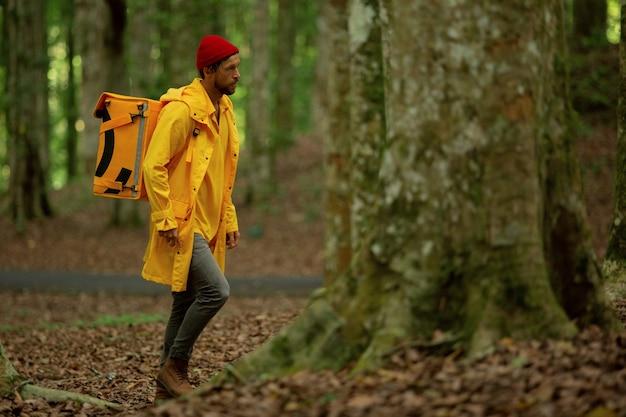 음식 배달원이 숲을 달려