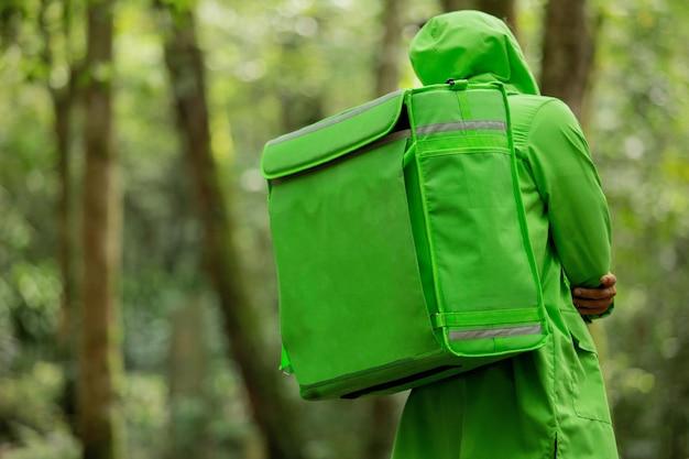 Разносчик еды бежит по лесу