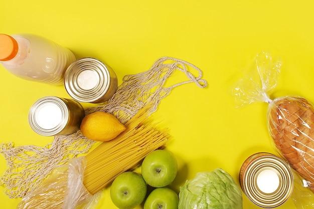Еда на желтом фоне, вид сверху макета