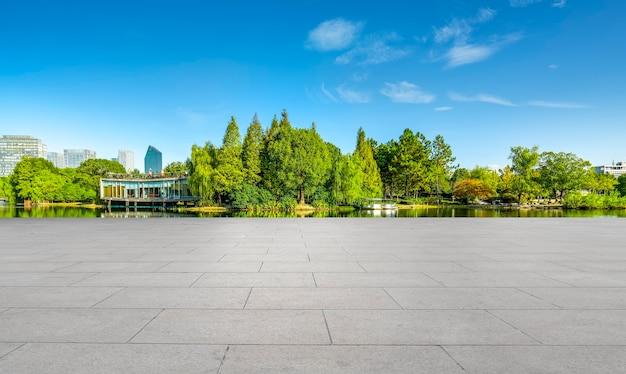Передний план - фон паркового леса с пустой плиткой на полу.