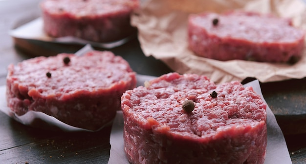 버거를 굽기 위한 갈은 쇠고기의 형성