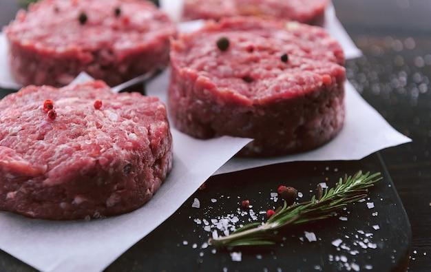 Формовка говяжьего фарша для гриля бургера