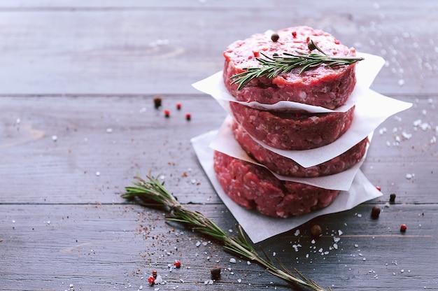 ハンバーガーを焼くための牛ひき肉の形成