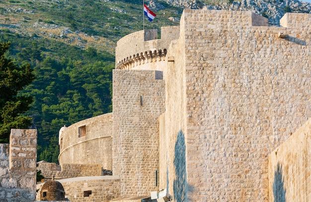 크로아티아 국기와 함께 두브 로브 니크 구시 가지와 민체 타 타워의 요새.