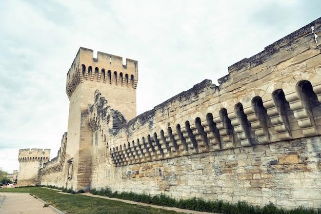 아비뇽 구시 가지에있는 교황 궁 근처의 요새 벽