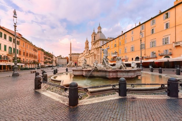 イタリア、ローマ、日の出の有名なナヴォーナ広場にあるネプチューンの噴水。