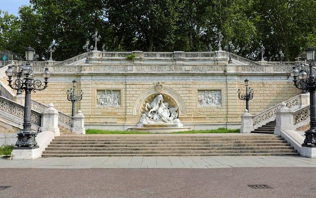 Фонтан нимфы и морского конька в парке монтаньола в болонье, италия.