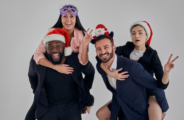 クリスマスを祝って身振りで示す4人のビジネスマン