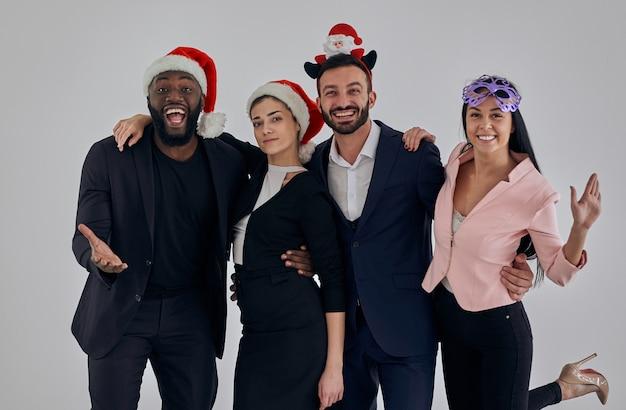 Четыре деловых человека празднуют рождество
