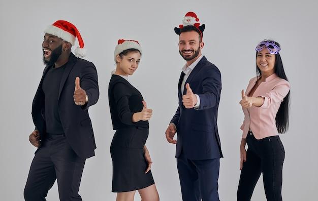 赤い帽子をかぶって身振りで示す4人のビジネスマン