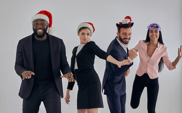クリスマスを祝う4人の幸せなビジネスマン