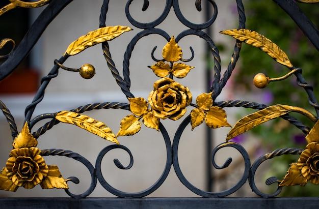 Фрагмент кованых металлических изделий. крупный план