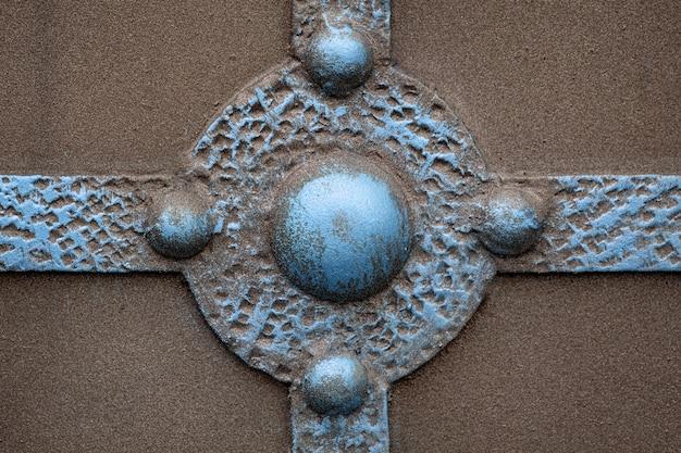Фрагмент кованых металлических изделий. крупный план.