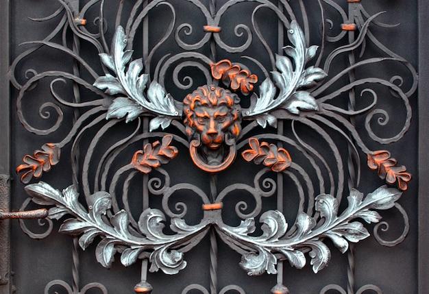 鍛造金属製品の破片。ライオン、クローズアップ