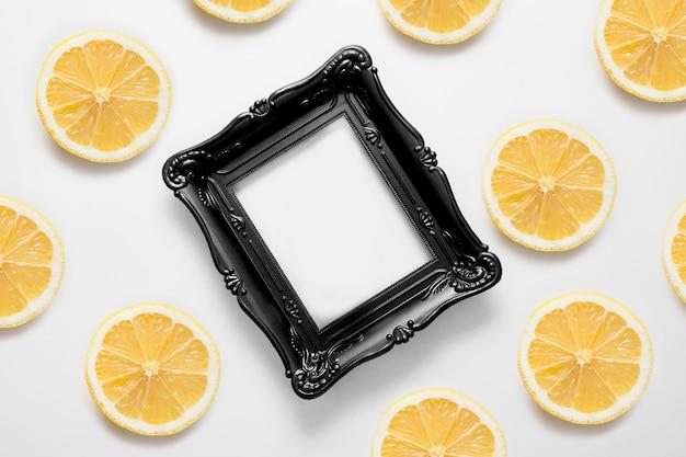 복사 공간이 있는 프레임은 레몬으로 장식되어 있습니다.