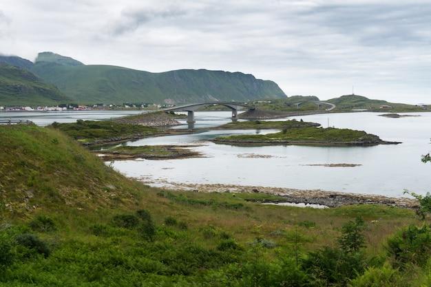 Fredvang bridges, fredvangbruene은 두 개의 캔틸레버 다리입니다. flakstad, nordland 카운티, 노르웨이