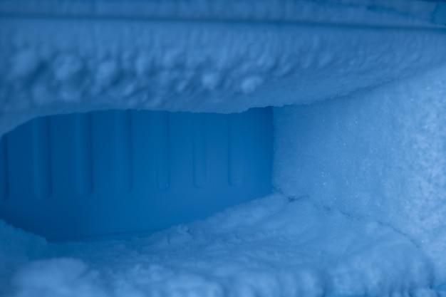 냉장고의 냉동실에는 얼음이 많이 있습니다.