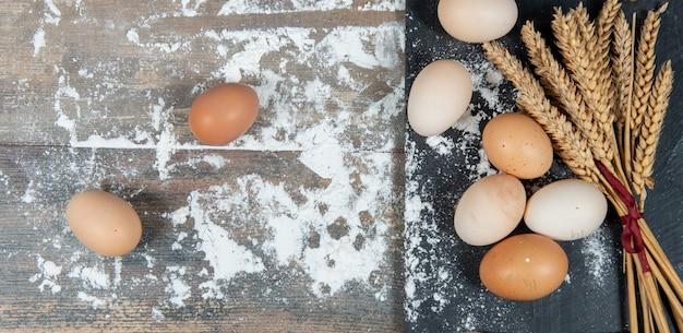 新鮮な卵といくつかの小麦の穂