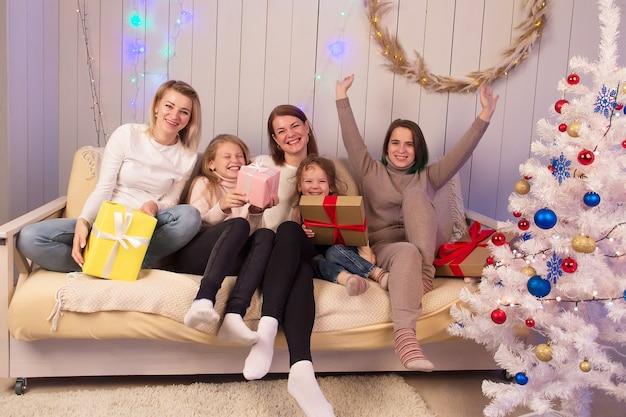 어린 아이들이있는 친구들은 크리스마스를 즐깁니다.