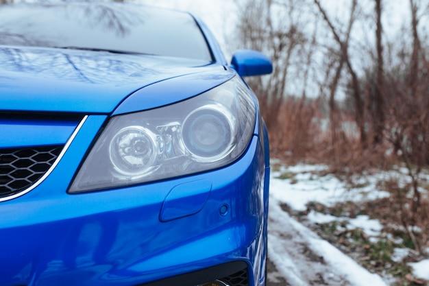 スポーツカーのフロントヘッドライト。中古車のコンセプト