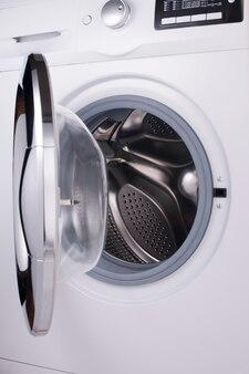 Передняя часть современной стиральной машины с открытой дверцей