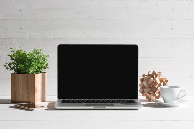 Вид спереди ноутбука и чашка кофе. концепция вдохновения и макета