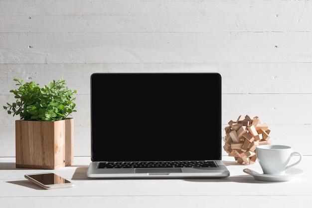 노트북과 커피 한잔의 전면 모습. 영감과 모형 개념
