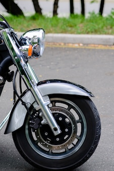 오토바이와 전조등의 앞바퀴