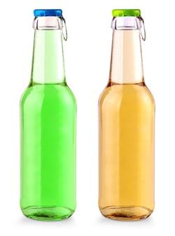 Бутылка фруктовой соды с цветной крышкой на белом фоне
