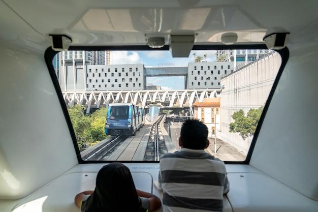 Полностью автоматизированная система поездов в центре майами на фоне города