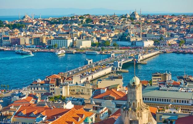 Галатский мост и панорамный вид на фатих - старый город стамбула, турция