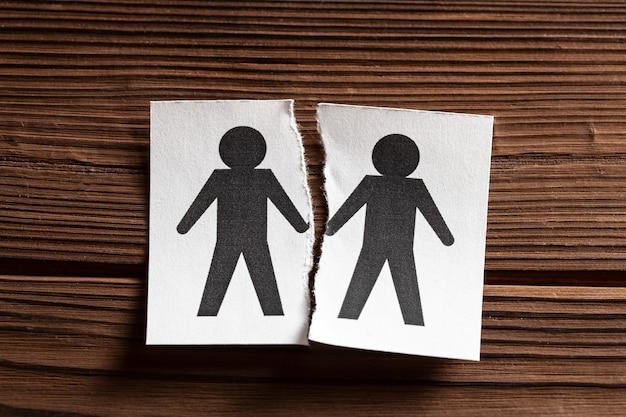 同性愛者の関係の間のギャップ。同性愛者の家族の離婚。引き裂かれた男のシンボルと紙