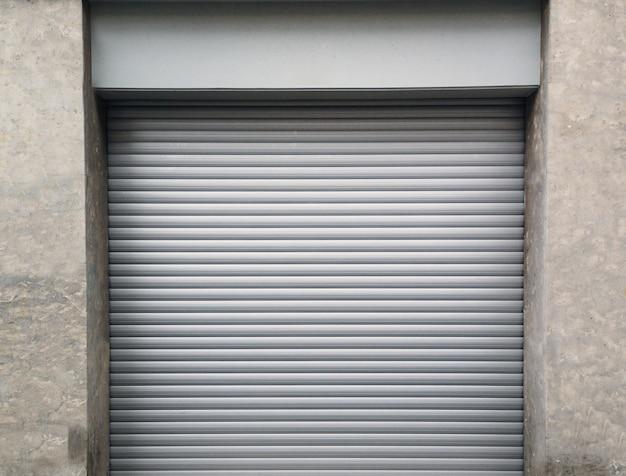 ガレージの金属製ローラーシャッターが閉じています