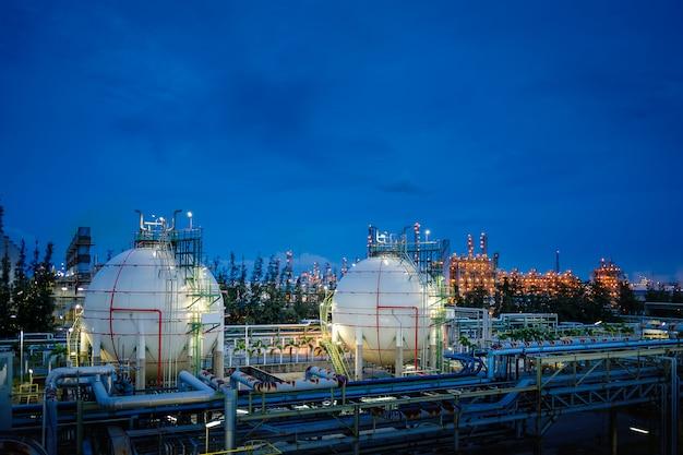 石油精製プラントのガス貯蔵タンク