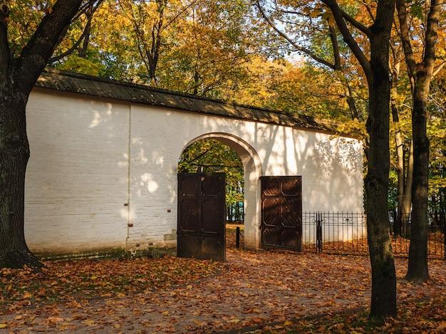 Kolomenskoye의 보호 된 참나무 숲 근처에있는 차르 궁정의 돌담에있는 문. 모스크바.
