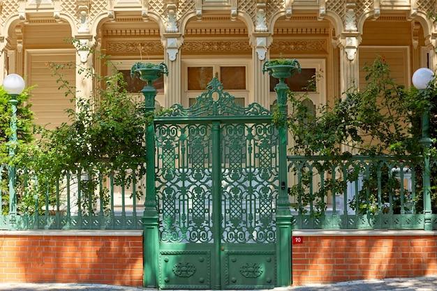 トルコのブユカダ島にある古い邸宅の門。
