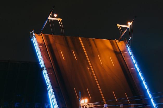 Ворота дворцового моста ночью в санкт-петербурге.